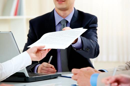 mężczyźni z dokumentami