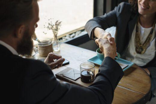kobieta i mężczyzna przy stole